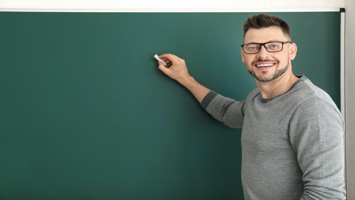 Pour devenir professeur d'histoire-géographie, l'Éducation Nationale préconise un parcours de formation de 5 ans.