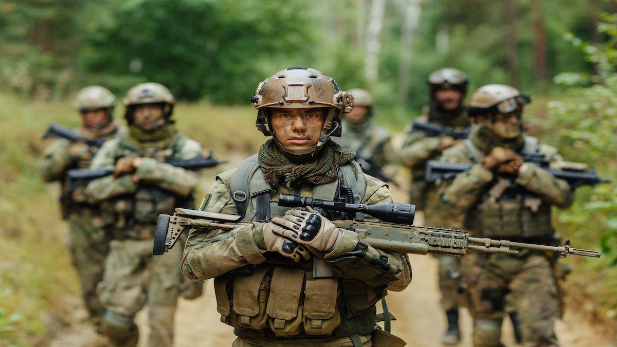 Une École Militaire forme les futurs officiers et sous-officier.